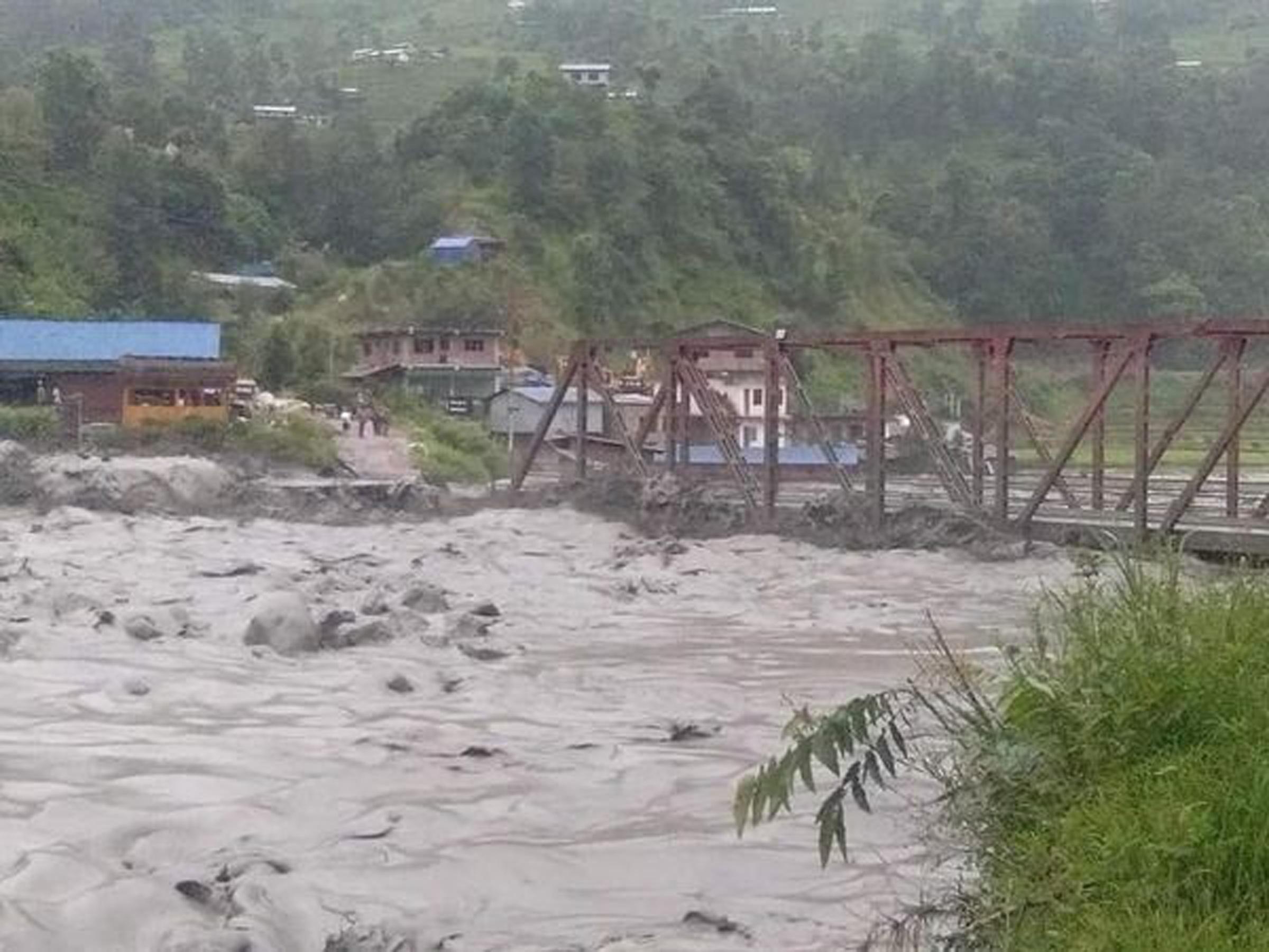 मेलम्ची बाढी अपडेट : चनौटेको रातो पुल बगायो